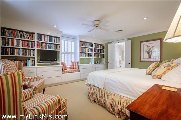 Guest bedroom with ensuite bath