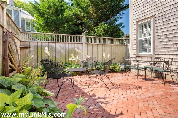 Guest House: Private brick patio