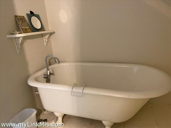 Apt. B Bath Tub