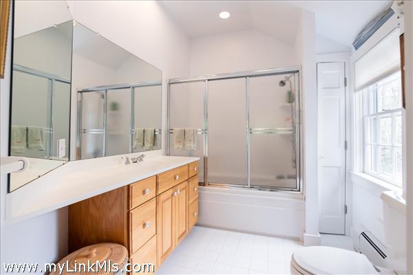 Second floor guest suite, Room 4 bathroom