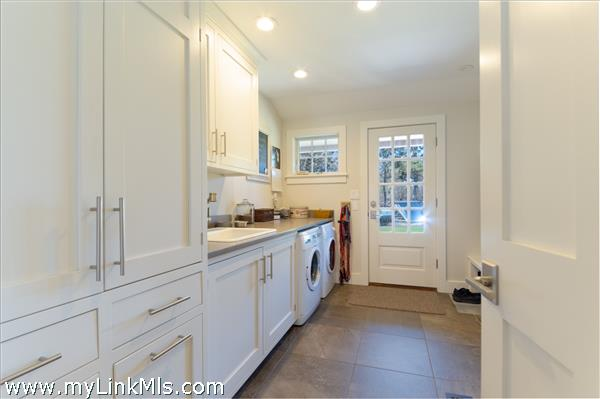 Side door laundry/pantry