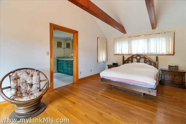 1st Floor Master Bedroom en-suite
